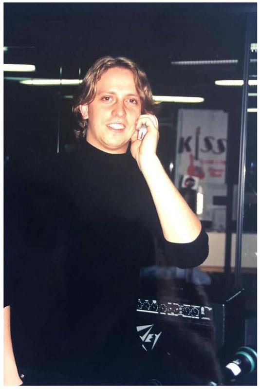 Bruno Prada, nos estúdios da Rádio Kiss, em 2003.